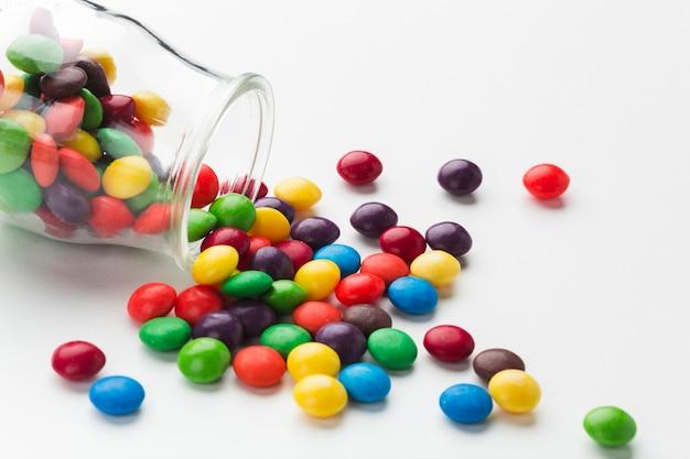 クローズアップこぼれたキャンディー瓶