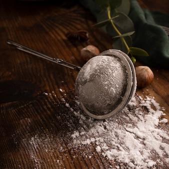 Ситечко с сахарной пудрой крупным планом