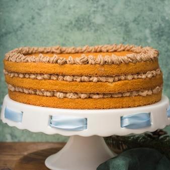 青いリボンと正面ケーキ