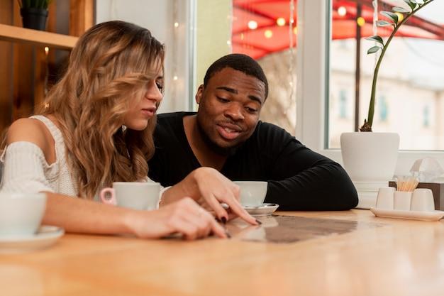 Женщина и мужчина в ресторане