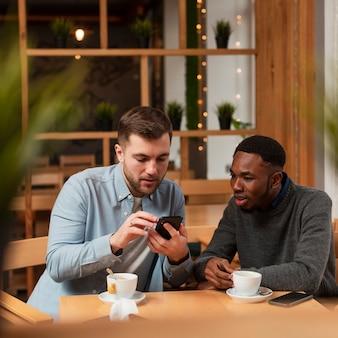 Высокий угол молодых людей в ресторане