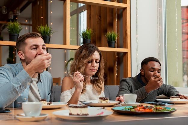 Юные друзья в ресторане едят