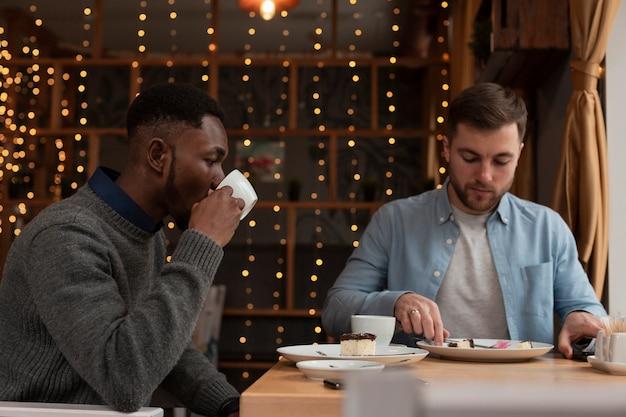 Вид сбоку друзей-мужчин в ресторане