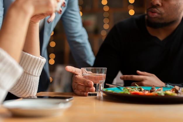 Макро группа друзей в ресторане