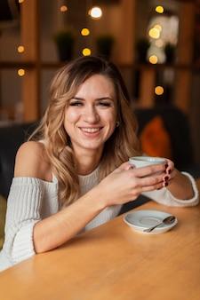 Смайлик женщина пьет кофе