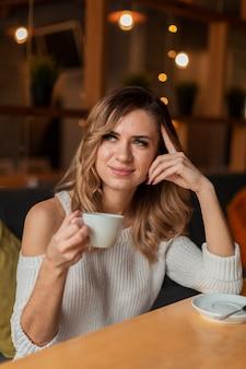 Красивая женская выпивая чашка кофе