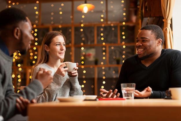 Друзья в ресторане разговаривают