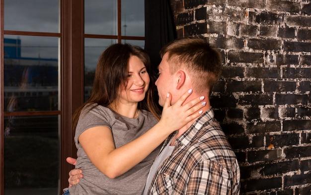 Взгляд со стороны женщины держа парня перед окном