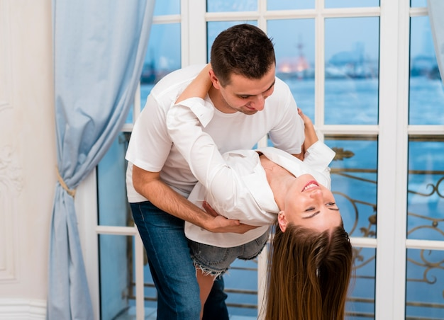 幸せなカップルのダンスの側面図