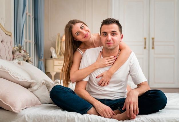 Романтическая пара позирует в постели