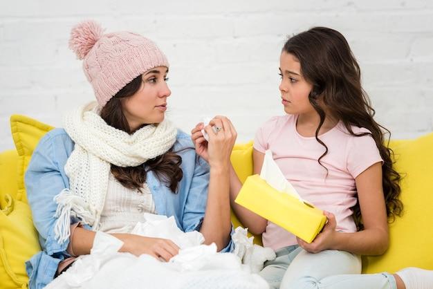 Маленькая девочка заботится о своей матери