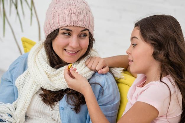 Маленькая девочка заботится о своей матери крупным планом