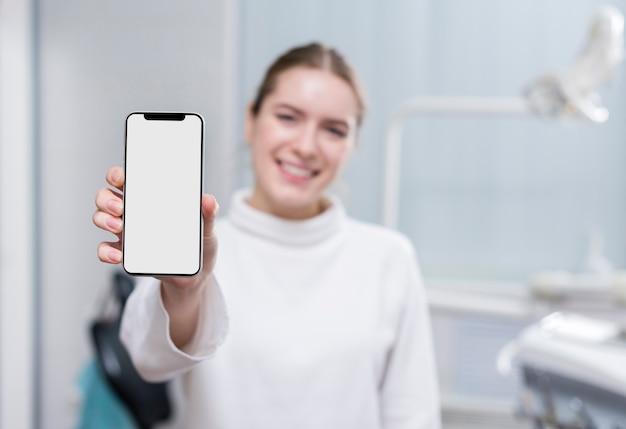 Красивая женщина держит мобильный телефон