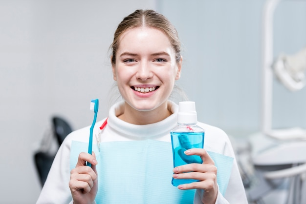 Портрет счастливой женщины, держащей зубную щетку