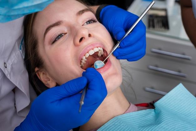 治療を行うクローズアップ歯科医