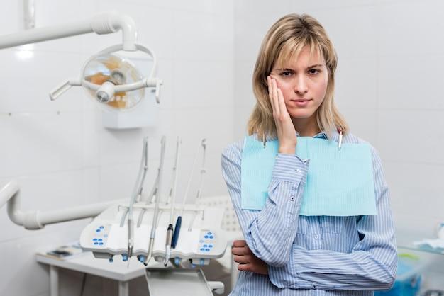 Портрет молодой женщины с зубной болью