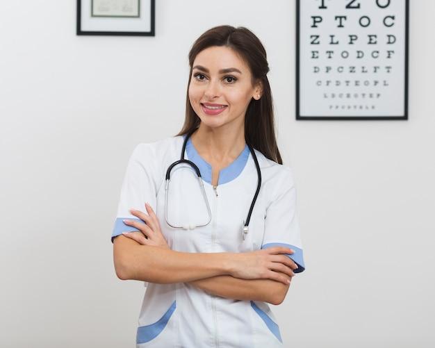 Портрет молодой женщины-врача