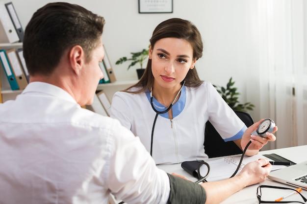 女医が患者の健康状態をチェック