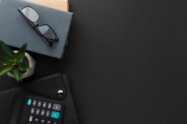 Плоская планировка рабочего стола с повесткой и очками