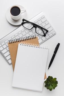 Плоское расположение тетрадей и клавиатуры на рабочем столе