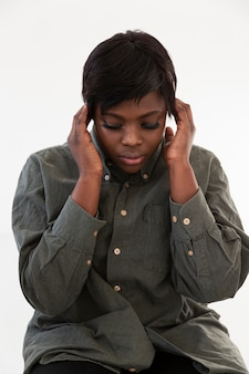 Вид спереди афроамериканская женщина думает