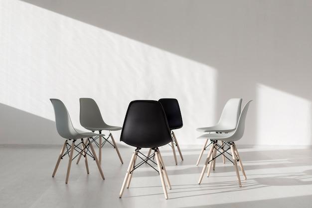 円形に配置されたシンプルな椅子