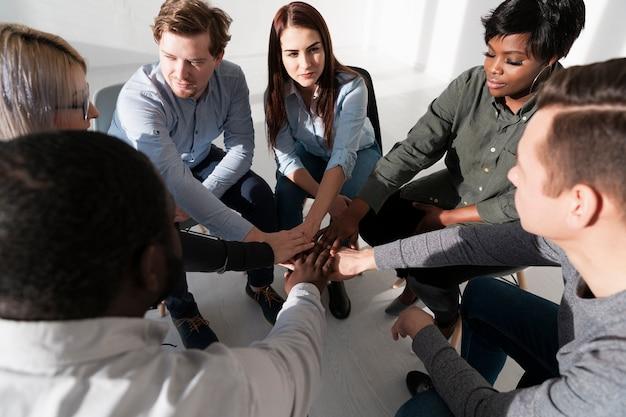 手を合わせて大人のグループ