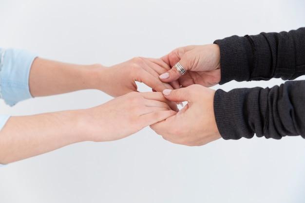 お互いを保持している女性の手