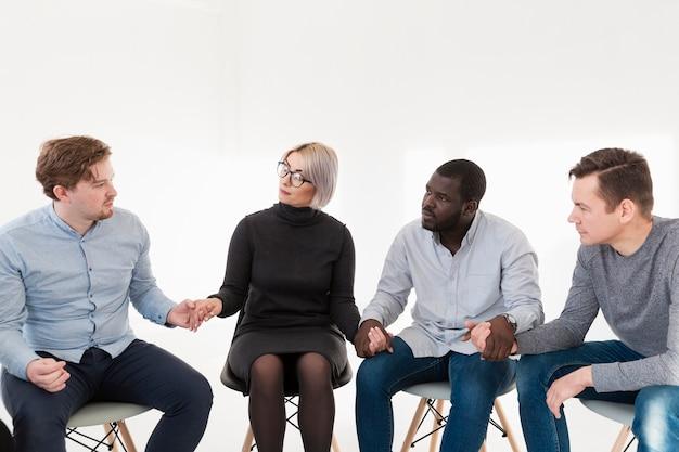 リハビリクリニックで手を繋いでいる男性と女性