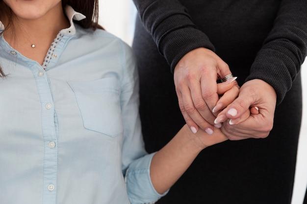 女性患者の手を握って女性手