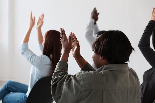 リハビリ患者が拍手を送る背面図