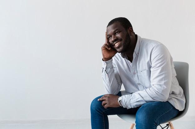 Счастливый афроамериканский человек думает