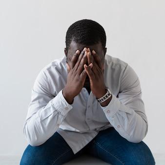 Вид спереди грустный арфо-американский мужчина