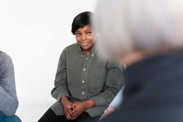 Улыбающаяся афроамериканская женщина, отводящая взгляд