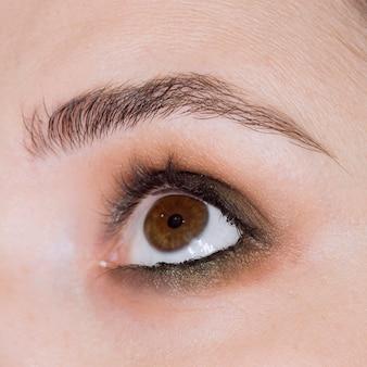 魅力的な目のクローズアップ