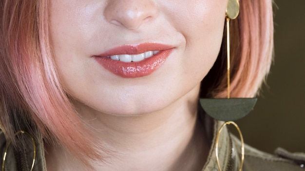 Прекрасная неузнаваемая женщина улыбается