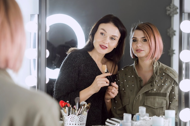 鏡を見て美しい女性