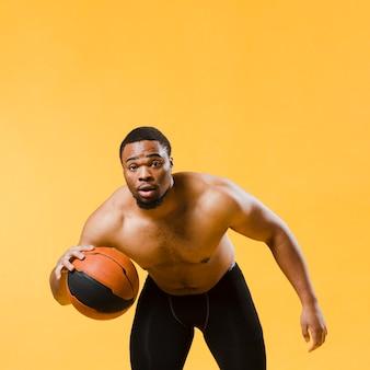 上半身裸のバスケットボールをする運動人の正面図