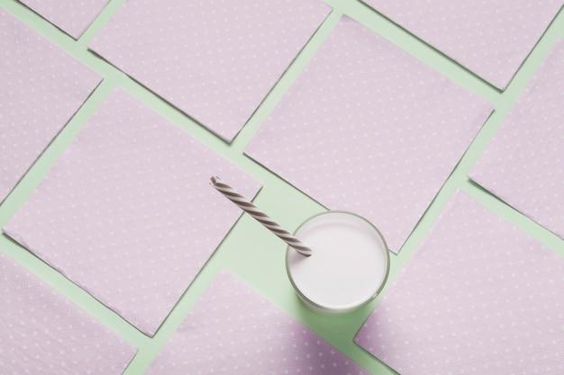 ピンクのナプキンに牛乳のガラス