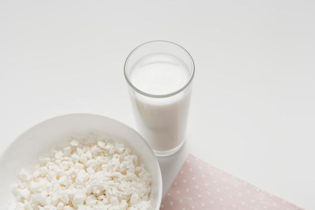 白い背景の上のミルクのガラス