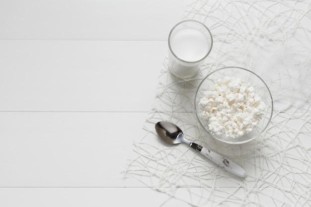 コピースペースで新鮮な牛乳のトップビューガラス