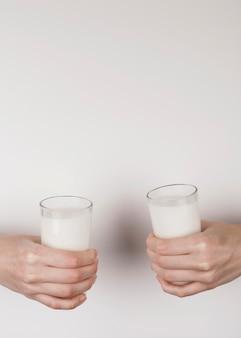 牛乳とグラスを持っている人
