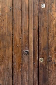 木製の表面構造と金属