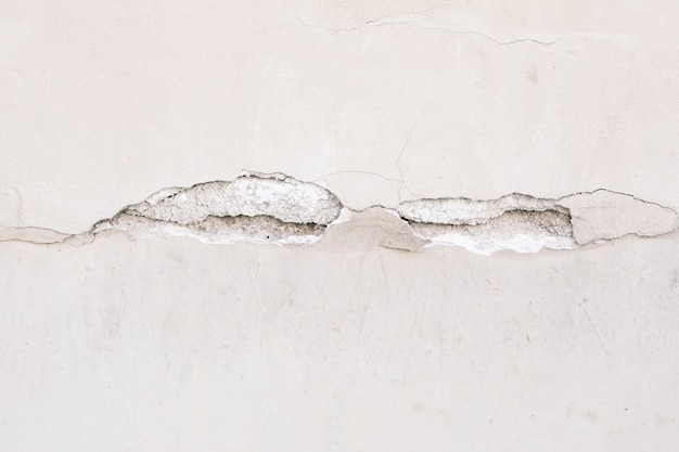 Грубая поверхность стены с трещиной