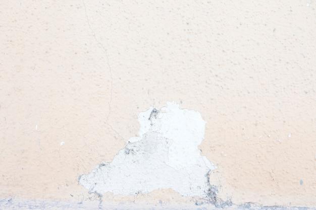 剥離とコンクリートの壁