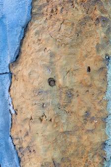 Грубая поверхность с гипсом и краской