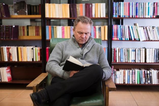 年配の男性人読書フロントビュー