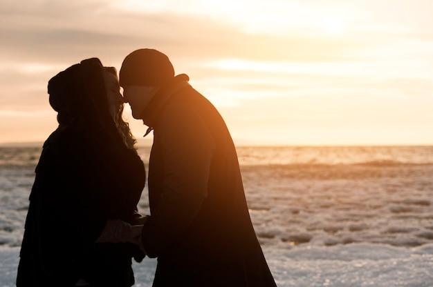 ビーチでロマンチックな年配のカップル