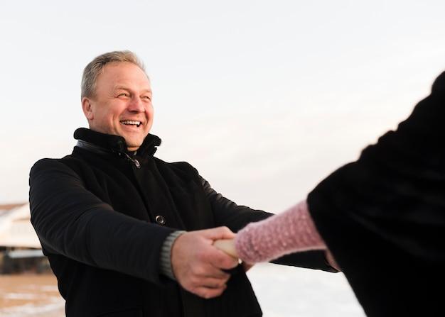 Женщина держит руки с счастливым человеком