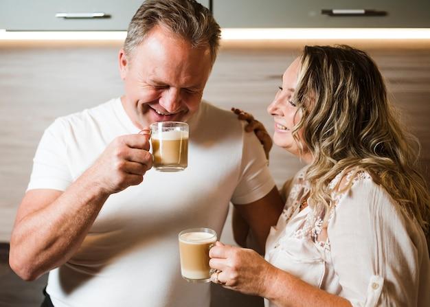 Пожилая пара пьет кофе вместе